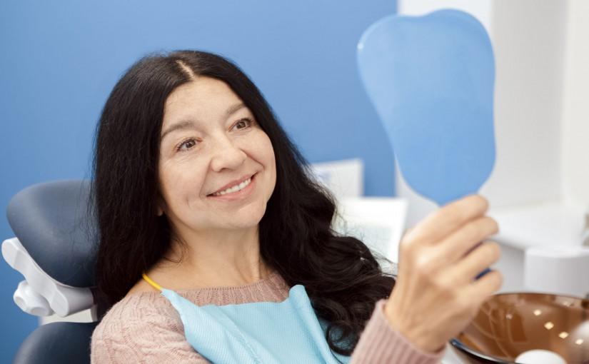 Jakie są zalety implantów stomatologicznych wstawianych w gabinecie dentystycznym