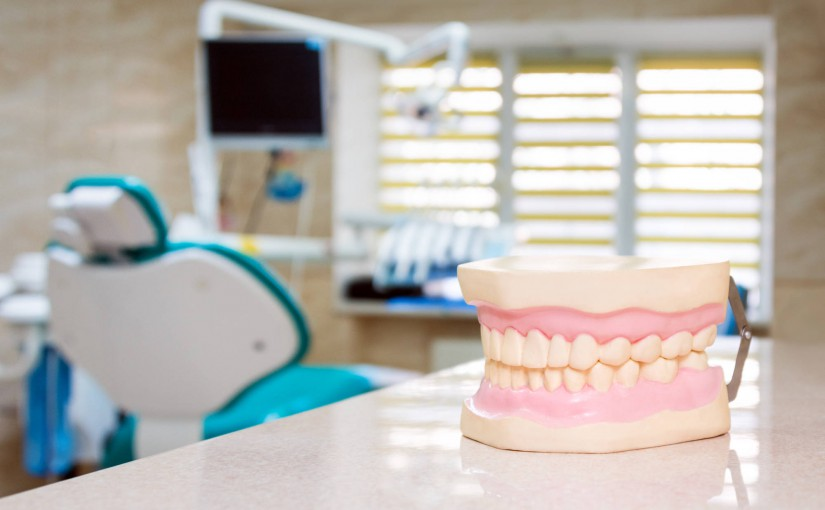 Dlaczego bolą dziąsła? Pytamy dentystę o przyczyny bólu dziąseł