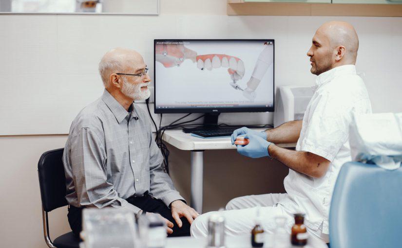 Uzupełnienie braków zębów – implanty zębów vs. proteza całkowita?